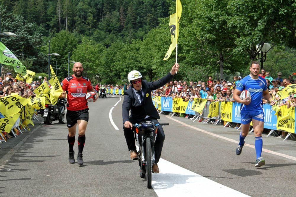 Tour de France 2017 - 09/07/2017 - Etape 9 - Nantua / Chambéry (181,5 km) - France - Eric Barone alias le Baron rouge (Multi-recordman de vitesse en VTT), Valentin Ursache (Joueur de US Oyonnax Rugby)